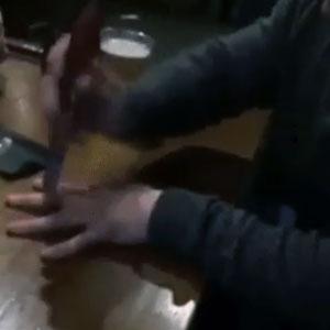 Agilidade com faca nos dedos