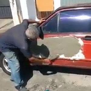 Pedreiro dando uma de funileiro