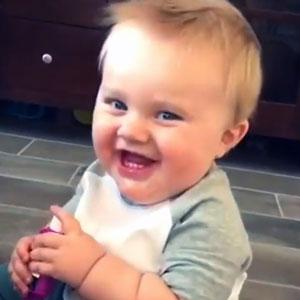 Bebê gordinho rindo
