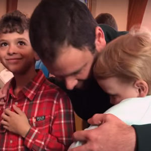 Menina abraçando todos na igreja