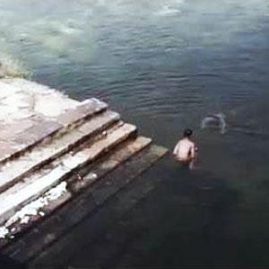 Fantasma de menino pulando no lago