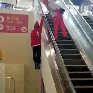 Jeito novo de subir na escada rolante!