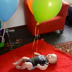 Bebê se divertindo com bexigas