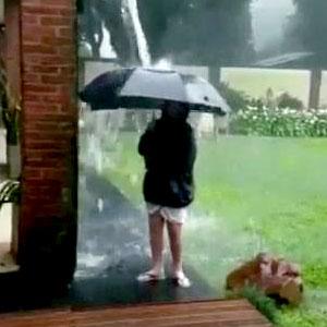 Brincadeira tranquila na chuva