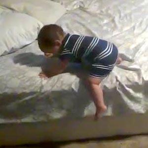 Bebê descendo da cama