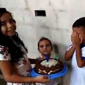Irmã faz bolo para irmão e ele se emociona