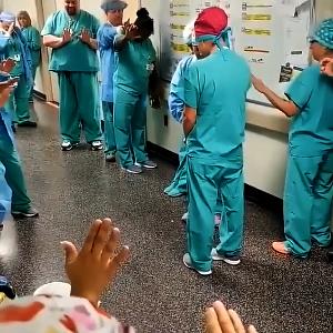 Médicos e funcionários oram pelos pacientes