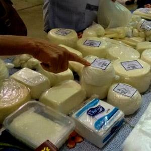 Ivan vendendo queijo no grupo