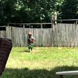 Garotinho e cachorro do vizinho brincando