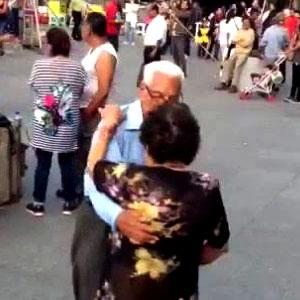 Dançando casal de idosos