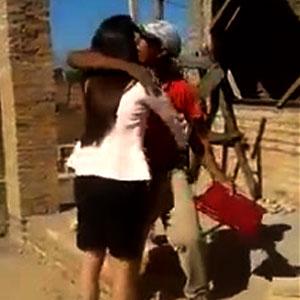 Filha recebe seu diploma e leva ao seu pai pedreiro