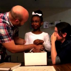 Garota descobre que vai ser adotada