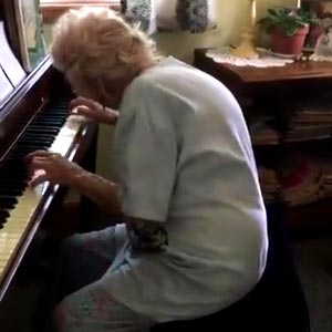 Idosa de 104 anos tocando Beethoven