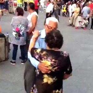 Quem dança, dança pai